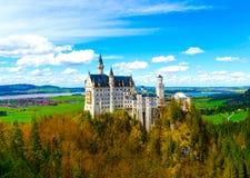 著名旅游胜地的看法在巴法力亚阿尔卑斯- 19世纪新天鹅堡城堡 库存照片