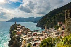 著名旅行地标目的地有港口海岸和城堡的韦尔纳扎,一个小地中海老海看法镇 免版税图库摄影