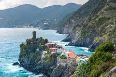 著名旅行地标目的地有港口海岸和城堡的韦尔纳扎,一个小地中海老海看法镇 免版税库存图片