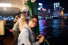 著名星轮渡的看起来的香港女孩正确,夜,港口视图部份内部 库存照片
