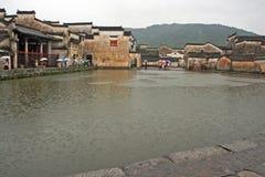 著名月亮池塘在古老宏村村庄,瓷 免版税库存图片