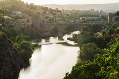 著名桥梁的美丽的景色在托莱多 免版税库存照片