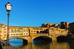 著名桥梁Ponte Vecchio在佛罗伦萨 免版税库存图片