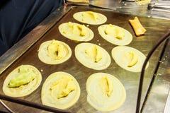 著名泰国街道点心, Kanom东京或东京甜点,是一个酥脆薄煎饼以屑子品种例如甜乳蛋糕奶油 免版税库存图片