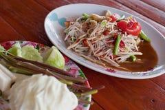 著名泰国食物,番木瓜与菜的沙拉服务或什么我们 库存图片