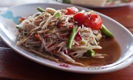 著名泰国食物,番木瓜与菜的沙拉服务或什么我们 库存照片