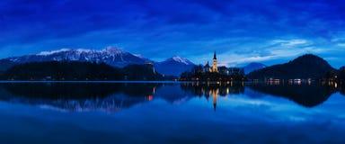 著名流血的海岛美丽的景色有天主教的在风景布莱德湖和流血的城堡Blejski毕业和朱利安阿尔卑斯山 免版税库存照片