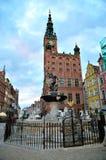 著名海王星喷泉和Dlugi的Targ城镇厅摆正 免版税库存图片
