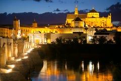 著名清真寺(梅斯基塔)和罗马桥梁在晚上,西班牙, Eur 免版税库存图片