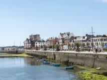 著名渔村的口岸的船坞在热期间的 免版税库存图片