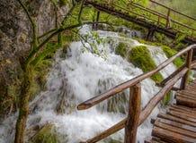 著名瀑布在Plitvice国家公园,克罗地亚瀑布木走道/桥梁/木/湿木头 库存照片