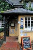 著名狂放的鹅餐馆许多奖的正门,获奖者食物的和服务,阿德尔,爱尔兰, 2014年10月 免版税库存图片