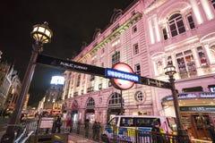 著名皮卡迪利广场在夜伦敦,英国-英国- 2016年2月22日之前 免版税库存图片