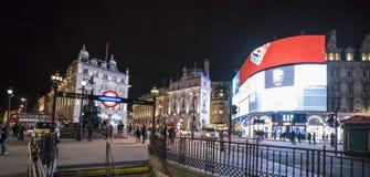 著名皮卡迪利广场在夜伦敦,英国-英国- 2016年2月22日之前 免版税库存照片