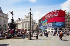 著名皮卡迪利广场霓虹标志和人民在伦敦 库存照片