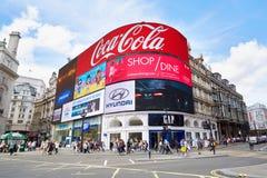 著名皮卡迪利广场霓虹标志和人民在伦敦 免版税库存图片