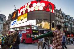 著名皮卡迪利广场霓虹标志-一伦敦的主要吸引力 库存照片