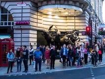 著名皮卡迪利广场,一伦敦的主要吸引力,有Helios四匹古铜色马的  图库摄影