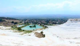 著名石灰华水池和大阳台在棉花堡,土耳其 免版税库存图片