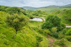 著名神仙的幽谷,位于在Uig上村庄的小山斯凯岛小岛在苏格兰 库存照片