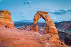 著名精美曲拱,犹他,美国经典看法在日落的 图库摄影