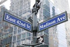著名纽约街-麦迪逊大道和东部第42条街道 免版税库存图片