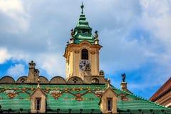 著名绿色铺磁砖的屋顶在布拉索夫,斯洛伐克 库存图片