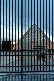 著名罗浮宫看法有天窗金字塔的晚上 免版税库存图片