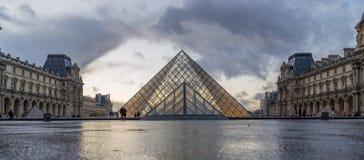 著名罗浮宫看法有天窗金字塔的晚上 库存图片