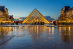 著名罗浮宫看法有天窗金字塔的晚上 免版税库存照片