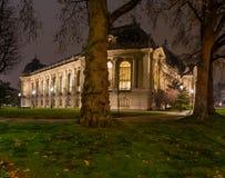 著名罗浮宫看法有天窗金字塔的晚上 库存照片