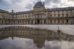 著名罗浮宫Iew有天窗金字塔的晚上 库存图片