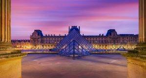 著名罗浮宫Iew有天窗金字塔的晚上 库存照片