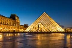 著名罗浮宫Iew有天窗金字塔的晚上 免版税库存图片