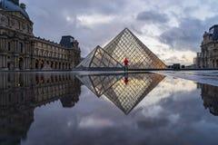 著名罗浮宫Iew有天窗金字塔的晚上 免版税库存照片