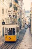 著名老电车在里斯本 图库摄影