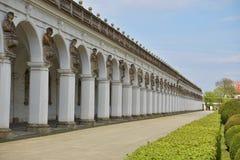 著名联合国科教文组织柱廊在Kromeriz镇在有它长的被成拱形的走道的捷克 库存照片