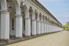 著名联合国科教文组织柱廊在Kromeriz镇在有它长的被成拱形的走道的捷克 免版税库存图片