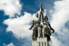 著名苏联纪念碑工作者和苏联的集体农庄的妇女 免版税库存图片