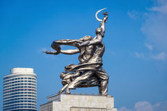 著名苏联纪念碑工作者和苏联的集体农庄的妇女 免版税库存照片