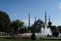 著名蓝色清真寺-苏丹Ahmet Camii如被看见从喷泉在公园,在伊斯坦布尔,土耳其 库存图片