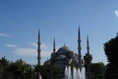 著名蓝色清真寺-苏丹Ahmet Camii如被看见从喷泉在公园,在伊斯坦布尔,土耳其 免版税库存照片