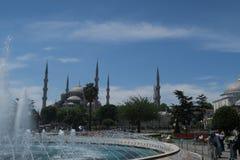 著名蓝色清真寺-苏丹Ahmet Camii如被看见从喷泉在公园,在伊斯坦布尔,土耳其 免版税图库摄影
