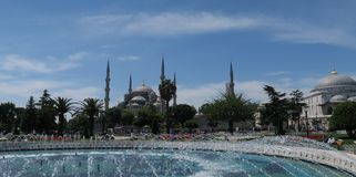 著名蓝色清真寺-苏丹Ahmet Camii如被看见从喷泉在公园,在伊斯坦布尔,土耳其 库存照片