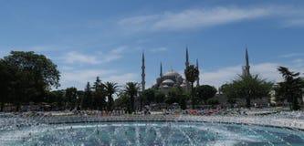 著名蓝色清真寺-苏丹Ahmet Camii如被看见从喷泉在公园,在伊斯坦布尔,土耳其 免版税库存图片