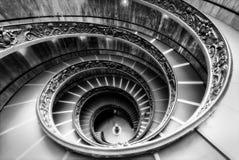 著名螺旋形楼梯在单色神色的梵蒂冈博物馆 库存图片