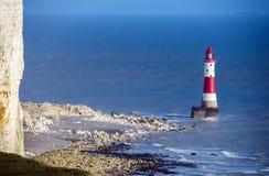 著名象海滨顶头灯塔和白垩峭壁在伊斯特本附近在东萨塞克斯郡,英国 库存照片