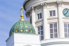 著名赫尔辛基大教堂美丽的景色在蓝天, Helsi的 免版税库存照片
