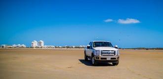 著名越野福特车在南帕德雷岛,得克萨斯 免版税库存照片