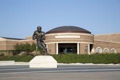 著名足球运动员和大学大厦雕象  库存图片